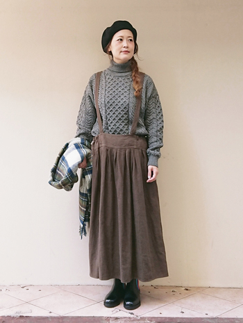 グレーのニットとブラウンのロングスカート。コーディネートにまとまりが生まれるよう、2つの色をチェック柄ストールでつないで。少量のホワイトが加わることで爽やかさも。