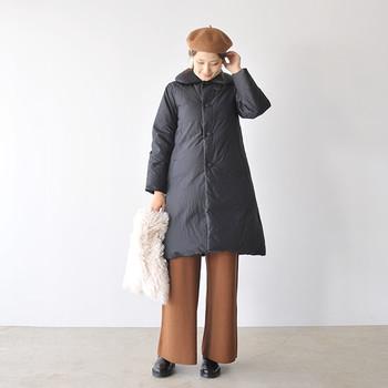 ロングタイプのダウンコートは、ついつい重心が下に偏りがち。そんなときは帽子を被り、視線が上半身に集まるようにして。ヘアをアップにするのもGOOD!
