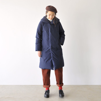 ネイビー×ブラウンの色合わせは、シックな半面暗く見えることもあるから、レッドのソックスで彩りをプラス。パンツの裾はできるだけ無造作に上げるのがポイントです。