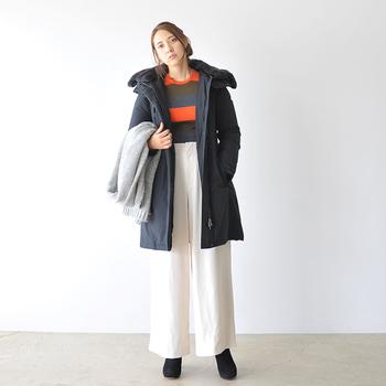 ブラックのダウンコートを、真っ白のワイドパンツで爽やかにスタイリング。トップスをINすれば腰高見えも◎。