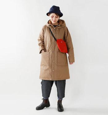 パッと目を引く鮮やかカラーのボディバッグ。気持ち上めに持ってきて、下に寄ってしまっていた重みを分散。さらに帽子をかぶれば全身がベストなバランスに!