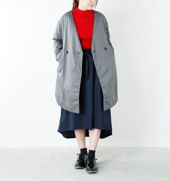 前後アシンメトリーのスカートは、おしゃれで足見せも簡単。冷えが気になる場合は、ナチュラルカラーのストッキングをソックスの下に履いても。