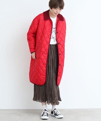 上から下まで洋服に覆われる冬こそ、素肌出しでしっかり抜け感メイク。スカートの裾からほんの少し出す程度なら、寒がりさんもトライしやすいハズ。