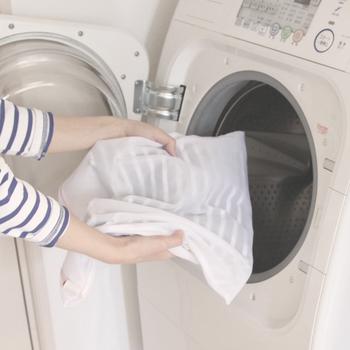 洗濯機を利用するときは、必ず洗濯ネットを使って型崩れを防ぎましょう。また、洗濯ネットに入れるのは、セーター1枚だけ。きれいに畳んで、幅や厚みがぴったり収まるサイズのネットに入れることがベストです。