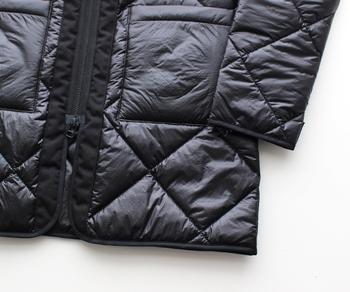 裾や袖口にはきちんとパイピングが。フロントは上からでも下からでも開けられる、ダブルジップ仕様になっています。