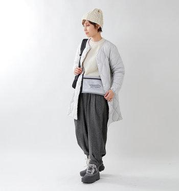 まず持っておきたいのが、着こなしにすっと馴染むこんなシンプルな一着。比較的スリムなシルエットで、着膨れやすい冬の装いもスマートにまとまります。