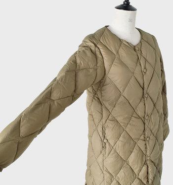 襟元はあらゆるトップスと合うノーカラー。腕まわりの動きを邪魔しない、脇下の特殊カッティングもポイントです。