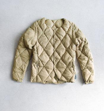 腰くらいまでのショート丈タイプは、上に着るアウターを選ばない万能アイテム。ロングコートはもちろん、短めのジャケットにも合わせられます。