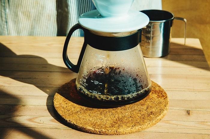 抽出されたコーヒーは、濃く深みのある色をしていますが、澄んだ美しさを感じます