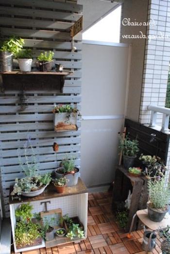 ベランダを北欧ガーデンに。ウッドフェンスや棚、地面などの工夫で私だけの箱庭になります。