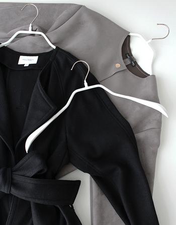 コートを吊って収納する場合は、ハンガーにも気を付けましょう。写真は、肩のラインに沿うなだらかなフォルムが人気のマワハンガー。長く保管するコートが型崩れしません。いろいろなタイプがありますので、コートに合ったものを探してみてください。