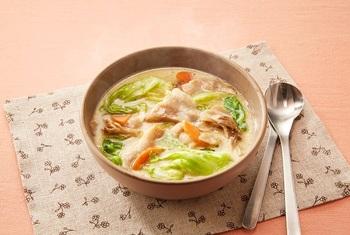 豚肉のうま味がしみ出た豆乳スープは、まろやかでコクのある味わい。とろりとしながらシャキッとしたレタスやまいたけの食感も美味しさのアクセント。豆乳は、煮詰めると分離してしまうので、手早く仕上げるのがポイントです。  ※使用調味料:「ほんだし®」