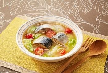 さば缶を使えば、簡単に本格派なお魚料理が作れます。味噌ベースのスープに、最後に加えるのはオリーブオイル。トマトの酸味も相まって、和洋中を超えた新しいお味。白菜がたっぷりと入って、お野菜もきちんと摂れる一椀です。  ※使用調味料:丸鶏がらスープ