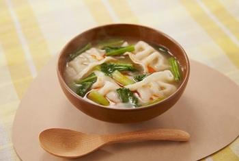冷凍餃子と小松菜を沸騰したスープに入れて煮込むだけ◎ 餃子のもちもち食感も満足感をさそいます。とっても簡単に作れるボリューム満点のひと皿は、疲れているときの活躍レシピです。  ※使用調味料:「Cook Do® 香味ペースト®」