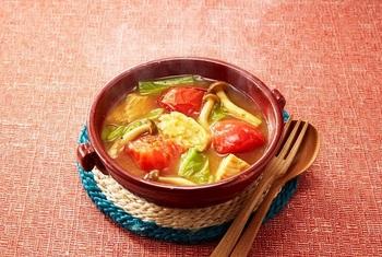 低カロリーで大人気のサラダチキンを使ったレシピ。野菜もきのこも味わえるスパイシーなカレースープは、ダイエットをしている方にもおすすめ。おろしにんにくがきいたクセになる味わいです。  ※使用調味料:丸鶏がらスープ