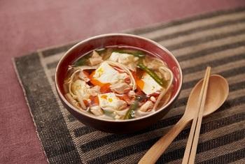 コンビニでも買えるカット野菜とツナ缶で作れるとことん手軽な一椀。疲れたときに特に食べたくなる、酸っぱくて辛いあとひく美味しさ。包丁をほぼ使わずに作れるのもうれしいポイントです。  ※使用調味料:「丸鶏がらスープ」