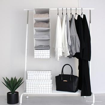 もう少し大きめのラックを置くスペースがあるなら、収納力のあるものを選ぶのもいいですね。上や下の部分にカバンや手袋・帽子などを置く棚があると、毎日使うものがすべてまとめられ、着替えもラクで忘れ物がなさそう。ポールには仕事のスーツもかけられますし、この写真のように余ったスペースに「吊る収納」を付けるのもアイデア。