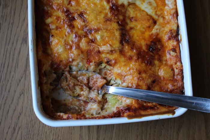 「キャベツのラザニア風グラタン」  食べるタイミングで焼き始めて、あとは放って置くだけでできるオーブン料理はおもてなし料理の強い味方です。ラザニアの代わりにキャベツを使っているので、案外パクパクといただけそうなレシピですね。