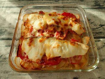 「トマトのたらこマヨグラタン」  お魚のタラと、ソースにはたらこを加えたシーフードレシピです。オーブン焼きにするとお魚の臭みもとれて旨味だけが残ります。