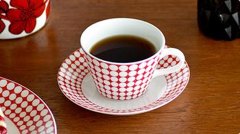 スウェーデンの陶磁器メーカー「グスタフスベリ(Gustavsberg)」のカップ&ソーサーです。こちらはスウェーデンを代表するデザイナー、スティグ・リンドベリがだザインしたもの。モダンなデザインながらも、明るいカラーで華やかな印象です。ティータイムが特別な時間になりそう。