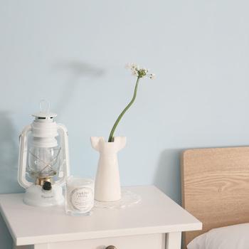 切花は、1本だとしても存在感が出ます。花器もあわせて飾り方を楽しむと、活けるのが苦手な方でも1本でサマになるので安心です。普段から花を育てている方は、その日よく咲いている1本だけ切花として室内に飾っても素敵です。