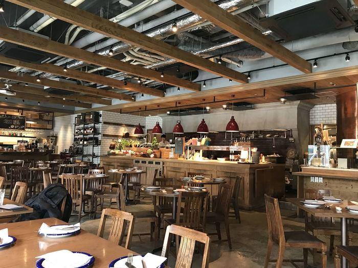 JR博多駅筑紫口から徒歩1分の『博多グリーンホテル1号館』の1Fにある「Salvatore Cuomo市場 博多」は、サルヴァトーレ・クオモが手掛けるレストランで、主に九州の食材を使用したイタリアンがいただけます。