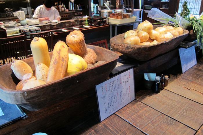 お店の外観とはまた違って、1階は大きなテーブルが中心に据えられたカフェのような雰囲気。和と洋の絶妙なミックス感を楽しめるのも、京都の人気店の魅力です。一方、2階には純和風のお座敷席もありますよ。