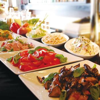土・日・祝日限定で、ランチバイキングを行っています。通常の「ランチブッフェ」と、メインを選べる「プレミアムブッフェ」があります。ブッフェは、前菜・ピッツァ・パスタ・温菜などが90分食べ放題!この他、九州産食材を使用したランチコースもあります。
