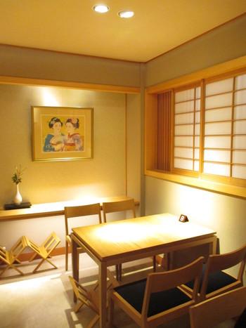 カフェスペースは和モダンな落ち着く雰囲気です。ゆったりしたテーブル席なので、グループ旅行で訪れるのにもぴったりですね。