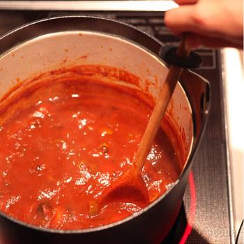 小振りなストレートのデザインは、お玉と言うよりスプーンと言った方が正解です。お鍋をかき混ぜたり、食材をつぶしたり、掻き出したりする作業がこれ一本で出来る便利ものです。