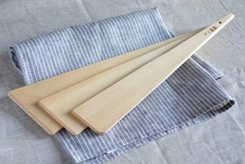 台形に薄く作られた木べらは、どこまでもシンプルで美しい佇まいです。混ぜたり炒めたりする他、裏漉しなどの場面でも活躍してくれます。