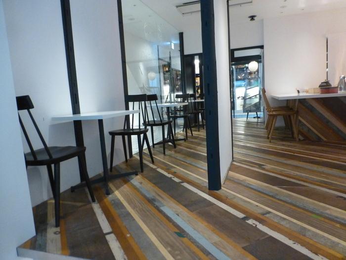 カウンターやテーブル席が程よい距離感で配置されている店内。町屋の外観とは異なるシックな雰囲気が素敵です。時間を忘れてゆっくりおしゃべりを楽しめそう。