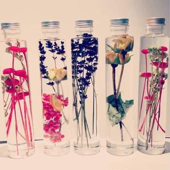 精製オイルを入れた瓶に、プリザーブドフラワーやドライフラワーを閉じ込めたハーバリウムも、お花を飾るように楽しめます。一輪挿しのようなハーバリウムなら、好みのお花を選んで、複数飾るのも楽しい!