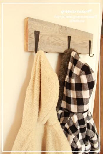 古材や足場板で味わいのあるハンガーをDIY。シンプルなデザインですが、板にこだわることでとてもいい雰囲気が出せます。家族がコートを脱ぎ散らかさないで、ちゃんとかけてくれそうですね。