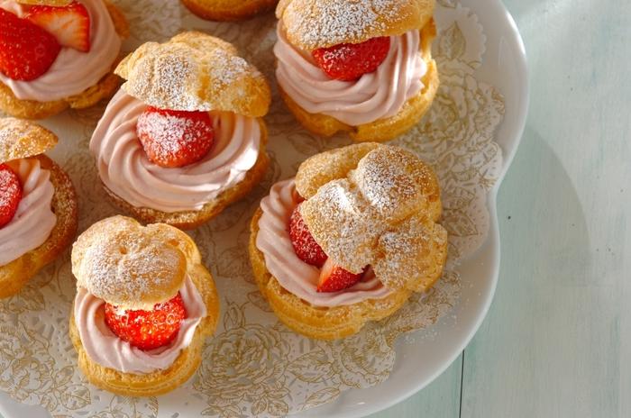 可愛くフォトジェニックな見た目の「イチゴのシュークリーム」。生クリームにもいちごを練りこんで、ピンク色に仕上げています。ゴロっと入ったいちごがなんとも贅沢!お呼ばれされたときの手土産としてもいいですね。