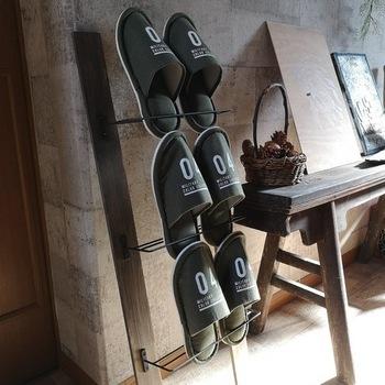 壁に立てかける、おしゃれな斜めラック。 アイアンウォールラックは、セリアで揃えたのだそう。  アイアンウォールラックにスリッパを挟んでいますが、お子様の小さな靴なら置けそうですね。