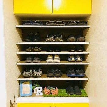 備えつけの下駄箱を拡張するアイデアはこちら。 真ん中が飾棚になっていて、空間を最大限に収納に活かすことができます。