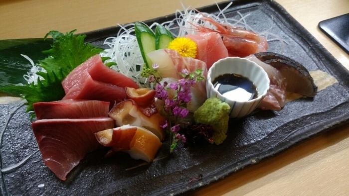 【楽庵】はお魚が美味しいことで評判のお店。特にお刺身は新鮮でプリプリ。その日一番おすすめのお魚を盛り合わせにして出してくれます。