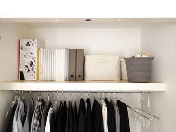 捨てられない思い出の品なども、クローゼットの上の棚に置くとおさまりがいいですね。ボックスに入れるのもいいですし、写真のように書棚のように使うのもアイデア。