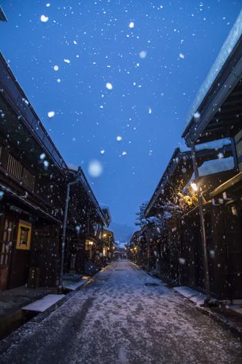 また伝統家屋と雪が織りなす白と黒の景色は実に版画的。そんなところも、この地で木版画文化が根付いた要因のひとつだといわれています。