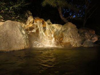 昭和38年に天然ガス探査中に湧出した長島温泉。温浴施設、遊園地、宿泊施設などを有するナガシマスパーランドを中心とした一大レジャーランドとして発展してきました。名古屋から日帰りで行ける温泉施設としても人気があります。