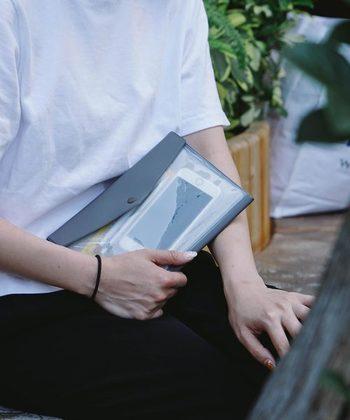 """封筒がモチーフの""""フューゲン""""は、蓋付きポケットにペンや付箋などの手帳と一緒に使いたい小物が収納できます。スマホなども入るので、身軽に過ごしたい方にぴったりのアイテムです。"""