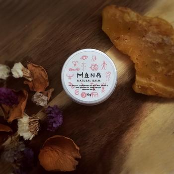 原料と香りにこだわってつくられた無添加バーム。天然のエッセンシャルオイルが放つ自然な香りに心もリラックス。