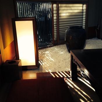 和風のランプが放つ光も美しいですね。木漏れ日と相まって、何とも言えない和の情緒漂う空間になっています。