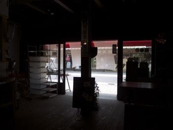 鯨が丘商店街は昔ながらのレトロな風景が魅力でもあります。外の雰囲気と相まって、時間を忘れてしまうほどゆったりした空気感が漂います。 真ん中の柱に箪笥店の看板がありますが、実はこのカフェはもともと箪笥屋さんだったそうです。思い出を大切にする、ほっこり温かなカフェです。