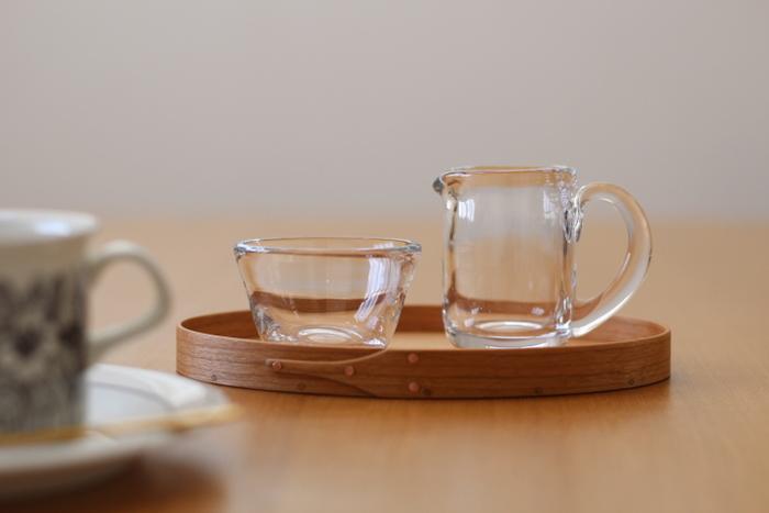 コーヒータイムにはミルクと砂糖をのせたり、お茶の時間にはクッキーや和菓子をのせたり。シェーカーボックスは暮らしの道具としてだけではなく、テーブルコーディネートのおしゃれなアクセントとしても活躍してくれます。