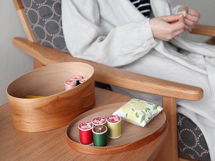 工夫次第で様々な使い方が楽しめるシェーカーボックスは、「裁縫道具」の収納にも活躍してくれます。糸や針などの道具を一式まとめておくと、作業をはじめる時にパッと取り出せて便利ですね。終わったら蓋をして置いておくだけでも、インテリアのおしゃれなアクセントになります。