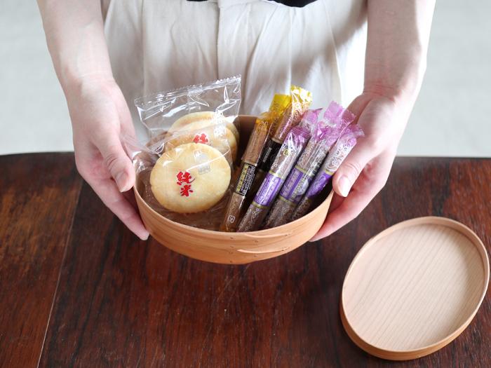 蓋付きのシェーカーボックスは「お菓子入れ」にもぴったりです。クッキーやおせんべいを入れて、そのままテーブルに出しても◎。天然木のナチュラルで優しい風合いが、テーブルを温かい雰囲気に演出してくれます。