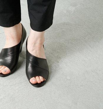 オープントゥのシューズを履くだけで、スタイルも気分も一気にオフモードにさせてくれるアイテムですね。