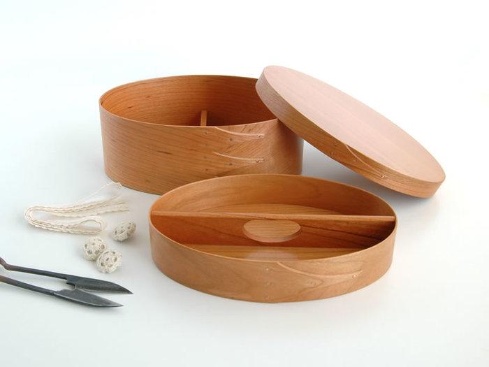 上・下2段構成のシェーカーボックスは、お裁縫道具や小物の整理にぴったりです。仕切りや持ち手が付いているので、アイディア次第で様々な使い方が楽しめそうですね。
